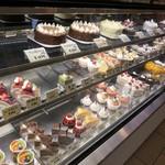 ウルソン - 内観写真:ケーキショーケース全景