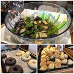 品川プリンスホテル - 日により内容は少し変わるようですが、この日は「ベーコン」「スクランブルエッグ」「茄子とオクラの煮びたし」など。 パンは「ベーグル(JUNOESQUE BAGEL 自由が丘店の品)のほか数種類。 ヨーグルトやスープなどもあります。