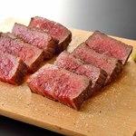 JA全農ミートフーズ直営 焼肉ぴゅあ - 黒毛和牛モモ肉の塊焼き(焼き上がり)