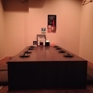 シンプルモダンな個室でゆったりと料理をお楽しみください。