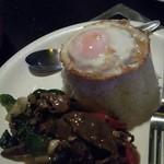 ナムチャイ - 牛肉と香草炒めタイ米目玉焼き乗せ