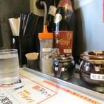 麺屋のすけ - 料理写真:カウンター席の卓上ラインナップ