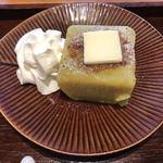 築地本願寺カフェ Tsumugi - 生クリーム、バターがキャラメリゼされた芋ようかんにマッチ!