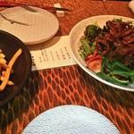 91875344 - 炙り鴨のサラダ、フライドポテト