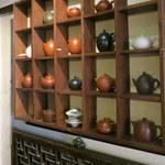 91877765 - 棚に飾られた茶器。