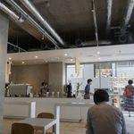 ブルーボトルコーヒー - 朝早いこともあって店内は空き気味ですが、日本のブルーボトルコーヒーの店舗の中でもオシャレ感はピカイチ!