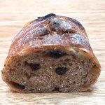 丸山パン - ドライフルーツとくるみのパン 断面