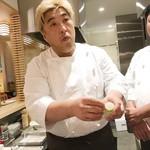 創作串揚げ つだ - 食材の説明をする津田さん