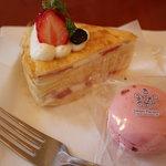 スイートファクトリー ケイ - ミルクレープ360円&マカロン180円