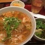 ニャーヴェトナム・フォー麺 - トムヤムスープのフォー サラダセット