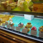 ル・カフェ・プチガトー - 横浜白楽の洋菓子店「ルカフェ・プチガトー」の店内
