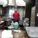 91902795 - カウンター前では、男性店員数人が調理に関わっていた♪