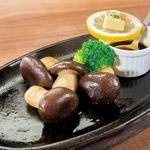 ステーキとハンバーグのさる~ん - 料理写真:秋といえばキノコですよ!京都は丹波の大黒本シメジを使用!鉄板に秋が訪れる。