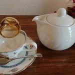 紅茶専門店チャチャドロップ - ティーセットがかわいらしい