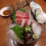 91905352 - 刺身4種盛り                       牡蠣がミルキーで美味しい!