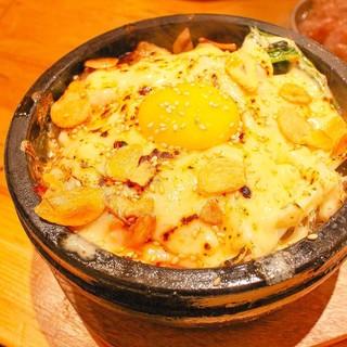 豊富な一品料理。韓国人シェフ直伝の秘伝レシピを使った韓国料理