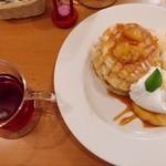 91907111 - リンゴのキャラメル煮                       塩キャラメルソースがけパンケーキ (¥1026)                       紅茶 (+¥200)