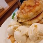 91907114 - リンゴのキャラメル煮塩キャラメルソースがけパンケーキ
