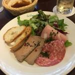 フレンチカフェレストラン 神楽坂 ル コキヤージュ - 前菜の鶏レバームースとハムの盛り合わせ(^∇^)