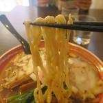 拉麺アイオイ - 自家製の平打ち縮れ麺。