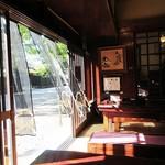 古泉洞 - スケスケ透明な暖簾が、心地良い風を演出。
