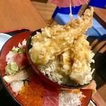 91955173 - まる浜名物:海鮮タワー丼¥2030(税込)…                       味噌汁、お新香付き