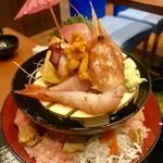 91955174 - 漁港直送海鮮丼:特上盛 ¥2570(税込)…                       味噌汁、お新香付き                       傘は付いていません。タワー丼の傘を借りました。