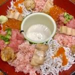 91955179 - 漁港直送海鮮丼:特上盛¥2570(税込)の下段