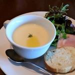 パームビーチ - スープ、糸島野菜のサラダ、バケット。