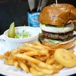 ビーチ ストーリー - ハラペーニョエッグチーズバーガー   1380円 パティの肉厚はそれほどでもないけど バンズのザクザク感との相性とバランス良し。 サラダの量に対してドレッシング掛けすぎ。