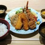 91983610 - 築地食堂 源ちゃん 東京オペラシティ店 魚河岸フライ定食 ごはん少な目 税込984円
