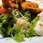 91983663 - 築地食堂 源ちゃん 東京オペラシティ店 魚河岸フライに添えられるたっぷりんこのサラダとポテサラ・タルタルソース・カットレモン