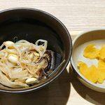 91983674 - 築地食堂 源ちゃん 東京オペラシティ店 定食に付くモヤシナムルと沢庵