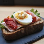 ランプライトブックスカフェ - 料理写真:オープンサンド ベーコン&エッグ
