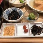 おぐ羅 - 出汁茶漬けのアラレ、小梅、昆布佃煮