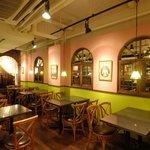 クルン・サイアム - 20世紀初頭のタイの都バンコクに建てられた洋館風の落ち着いた店内です