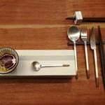92002755 - スタイリッシュな箱の上には上品なアミューズ、純銅製を銀で仕上げた個性派カトラリー