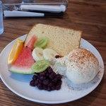リトルネストカフェ - お味噌のシフォンケーキ。フルーツにアイスクリームにと盛りだくさん。