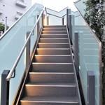 にい留 - 階段 で2階へ上がります。(エレベーターもあるようです。)      2018.09.01