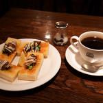 珈琲店トップ - 注文はホットとオイスタートースト。
