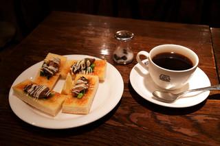 珈琲店トップ 渋谷駅前店 - 注文はホットとオイスタートースト。