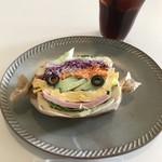 オルオル カフェ - 卵とハムのサンドイッチ  笑ってる!