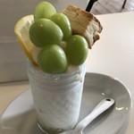 オルオル カフェ - シャインマスカットとレモンのスムージー。スコーンがインパクト大!