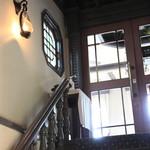 自由亭喫茶室 - 喫茶室は建物の2階です