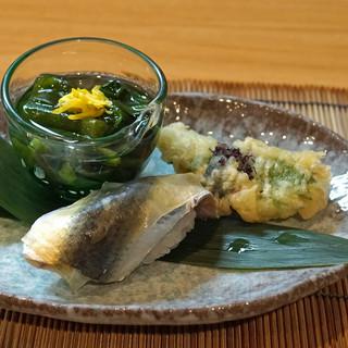 和食 小ぐり - お通し  コハダの寿司、コチの天ぷら、ツルムラサキのお浸し