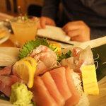 湘南の魚とワインの店 ヒラツカ - カンパチ、鯵、鯛を湯引きしたもの、卵焼き、などなどが盛られています☆