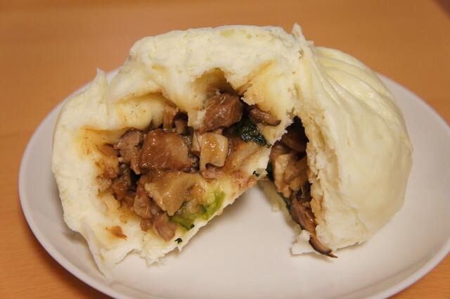 横浜中華街 北京飯店 - 中には豚バラ肉、たけのこ、しいたけ、小松菜などの具がたーーーっぷり♪