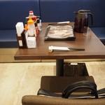 熟豚 - 店内(2人掛けテーブル席)