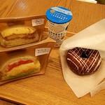 ふわもちさん。 - サンドイッチ(チキンタルタル+サーモンとクリームチーズ)と飲むヨーグルトとベーグル(フォンダンショコラ)。