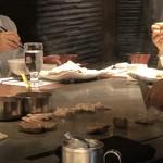 鉄板焼 リオ - コの字型のカウンターで料理人が焼いてくれます